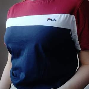T-shirt från FILA i fint skick. Storlek S men är oversized så skulle säga att den passar även M och L. ✨ Köpare står för frakt på  48kr.