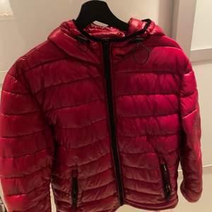 Röd glansig dun jacka i storlek M från zara köpt för cirka 2 år sedan. Inga defekter alls. Köpt för cirka 500kr säljs för 200kr