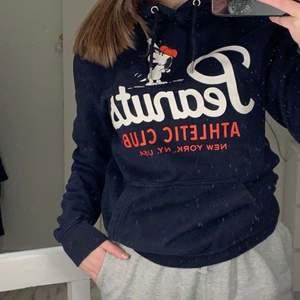 Marinblå Snobben hoodie från H&M. Använd fåtal gånger. Köparen står för frakten.🤍