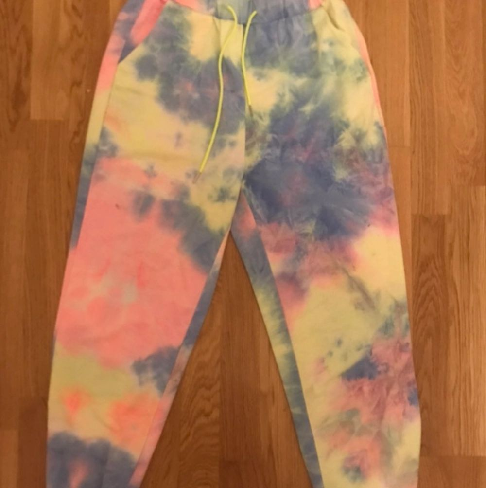 Ett par färgglada byxor. Sitter bra och inte tajt. Är i storlek D men passar i M. Jeans & Byxor.