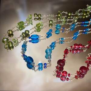 Tre handgjorda halsband, med fina glaspärlor i olika färger❤️halsbanden säljs styck❤️ 1 halsband: 150kr 2 halsband: 250kr 3 halsband: 300kr Spännena är försilvrade, och frakten bjuder jag på🥰 (!BLÅ SÅLD!) (!RÖD SÅLD!)                                                                                —————————————————————————— Jag kan göra specialbeställda smycken, det är bara att höra av dig❤️🌟 —————————————————————————— Kika gärna in på min profil, säljer en massa olika handgjorda smycken💃🏼 perfekt till dig själv eller i present till någon❣️✨