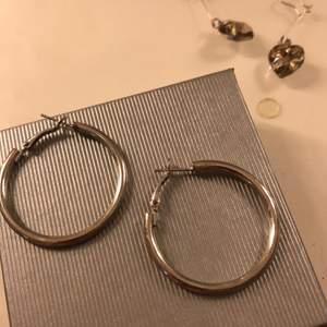 Använder inte silver längre därför säljer jag dessa! Har självklart rengjort⚡️💛 frakt är inräknad i priset!