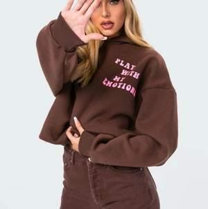 Otroligt snygg hoodie från en amerikansk sida som troligtvis få andra har (Inte sett någon annan ha en sånhär.) Köpte denna hoodie för någon månad sedan och kommer troligen inte ha användning för den då jag har en annan brun hoodie. Så hoodie har prislappen kvar och är oanvänd.                               Buda i kommentera.