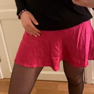 En så fin rosa silkes kjol från zara (inte strykt på bilden dåra)