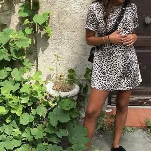 Leopard klänning/stor t-shirt köpt från zara! Jag är 169cm och den är nästan för kort för mig men går att använda lika bra som en oversize t-shirt😊😊 obs! Baksidan är inte i leopard utan helt beige:)