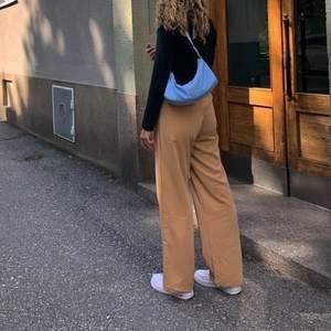 Säljer mina beiga byxor ifrån bikbok. Dom är i modellen som dom på andra bilden men beiga istället för svarta. Dom är i stl xs/s
