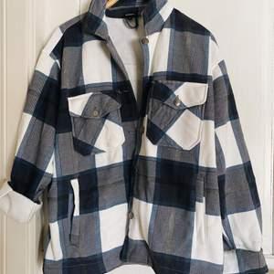 En superfin blå skjortjacka i storlek 36. Endast använd 2 gånger. Vill du köpa den, skicka ett meddelande!