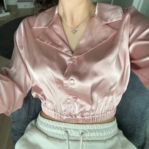 Säljer denna skitsnygga rosa blusen. Använd 1 gång, den är som ny. Köparen står för frakt 💞