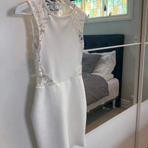 Så fin vit klänning, använd en gång på en skolavslutning🌸 Perfekt till sommaravslutningen eller som studentklänning, frakt tillkommer