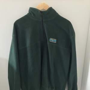 Snygg och bekväm junkyard fleece som jag har haft under on kort tid och säljer den för jag inte använder den så mycket. Nypriset var 600kr men säljer den för 340kr. Köparen står för frakt.