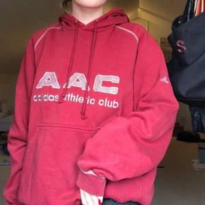 Intressekoll på en supernajs vintage Adidas hoodie, från tidigt 2000-tal💞 storlek L med snygga detaljer!