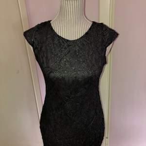 En tight fin festklänning som knappt är använd, säljer den på grund av att den inte riktigt är min stil