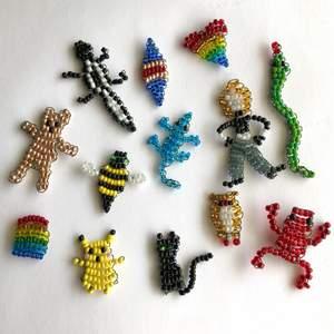 Jag gör olika små figurer med seed beads & koppartråd (mörkgrön)! Kan göra lite allt möjligt och på beställning om det önskas. Går att sätta de på smycken som t.ex. örhängen, halsband eller som en nyckelknippa🥰 På de separata bilderna är det ett regnbågshjärta och en människa (Kim Possible). Säljer för 15kr/st ❤️