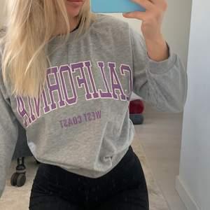 Grå sweatshirt med lila tryck! Jättefin men tyvärr för liten för mig i armarna😢 St M men mer som S 💜 Säljer bara med ett bra bud