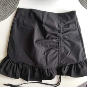Fin svart kjol från shein som tyvärr är för liten, aldrig använd💓