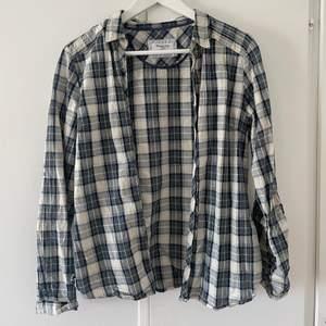 SUPERfin skjorta från massimo dutti i en grön/blå/beige färgkombination😇skulle säga att den är i storlek s (står dock 40 i)!