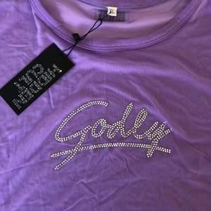 Lila Rhinestone T-shirt från Hidden Cult. Storlek XL men jag är i vanliga fall XS/S, så beror på hur man vill ha passformen. Aldrig använd, prislappen sitter kvar💕🛍
