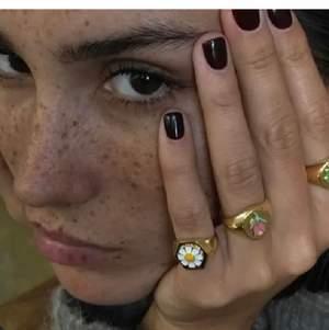 Sista chansen! Utförsäljning av denna fina ring😍 Endast 110:- nu! Först till kvarn hörrni!! 🤍🤍🤍 Guldpläterad med 18k guld (Guldpläterat betyder att det yttersta lagret på ringen är i guld, inte att hela ringen är i guld) Såg andra annonser som säljer samma ring som rekomenderar att ta genomskinligt nagellack på ringen för att pläteringen ska sitta bättre.