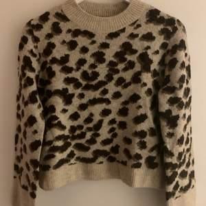 Stickad tröja med leopardmönster, aldrig använd. Storlek XS 🤍