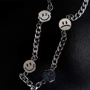 Snyggt silvrigt halsband med smileys på🖤