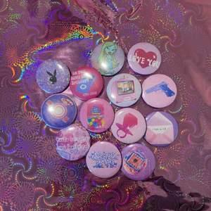 💖✨ 2000s aesthetic ✨💖 Alla pins 10:-/st, bara att skriva till oss så löser vi! Vi gör även custom made pins för 20:-/st 💗