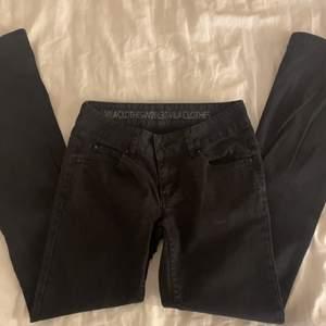 lågmidjade utsvända jeans, står storlek W26 L32 men skulle säga att det passar xxs eller xs💕 180kr