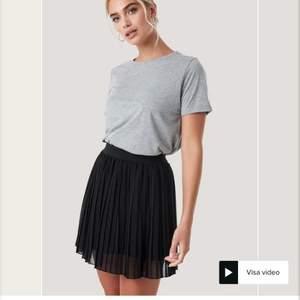 Säljer min kjol jag köpte sommaren 2019 från nakd för den inte kommer till användning, den är som helt ny, bra sick, as snygg på!❤️ ny pris 249! Köparen står för frakten