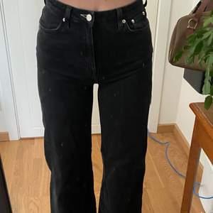 Svarta jeans från weekday som är lite blekta pga användning! Men forfarande as nice!