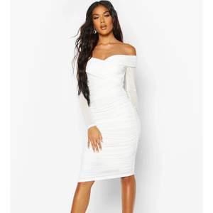 Denna vita klänning säljs i storlek 34 och är ej använd (har prislapp på sig). Har inte kunnat returnera den då det finns gräns på dagar som gått över. Pris kan diskuteras