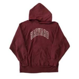 Vinröd vintage hoodie från champion med harvard tryck. Passar alla storlekar beroende på hur man vill att den ska sitta. Skriv privat för mer info, köpare står för frakt☺️