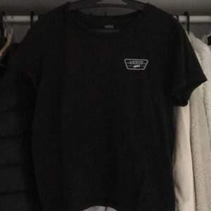 """As snygg vans tröja som är köpt förra sommaren på junkyard för 299. Frakten år inräknad i priset och storleken är L men är en """"tjej"""" storlek L"""