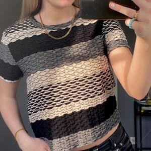"Superfin tshirt med ett ""våg"" mönster! Storlek L, men passar en S-M😇 Bra skick, frakt tillkommer🤍"