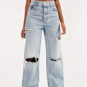 Jag säljer dessa bershka jeans då dom inte kommer till användning. Köpta för 320 och säljer för 200. Jag har klippt dom så dom passar någon som är 156 cm lång. Dom är i bra skick💞🥰 skriv om ni vill ha egna bilder eller andra frågor