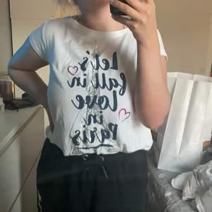 Endast använd en gång jättefin basic t shirt som blivit en i mängden för mig, men som jag hoppas ska hotta ett fint hem! Har en text på framsidan och går omlott som en öppning i ryggen. Är köpt i usa så vet ej vad det är för märke!