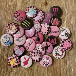 Alla pins på bilden 10:-/st, Fri frakt vid köp av 10st 💖 Vill man köpa fler än 10st så har vi bra deals. Vi gör även custom made pins med din egna bild ✨ SOMMAR-NYHETRR släpps nästa vecka, sista chansen på dessa 💜