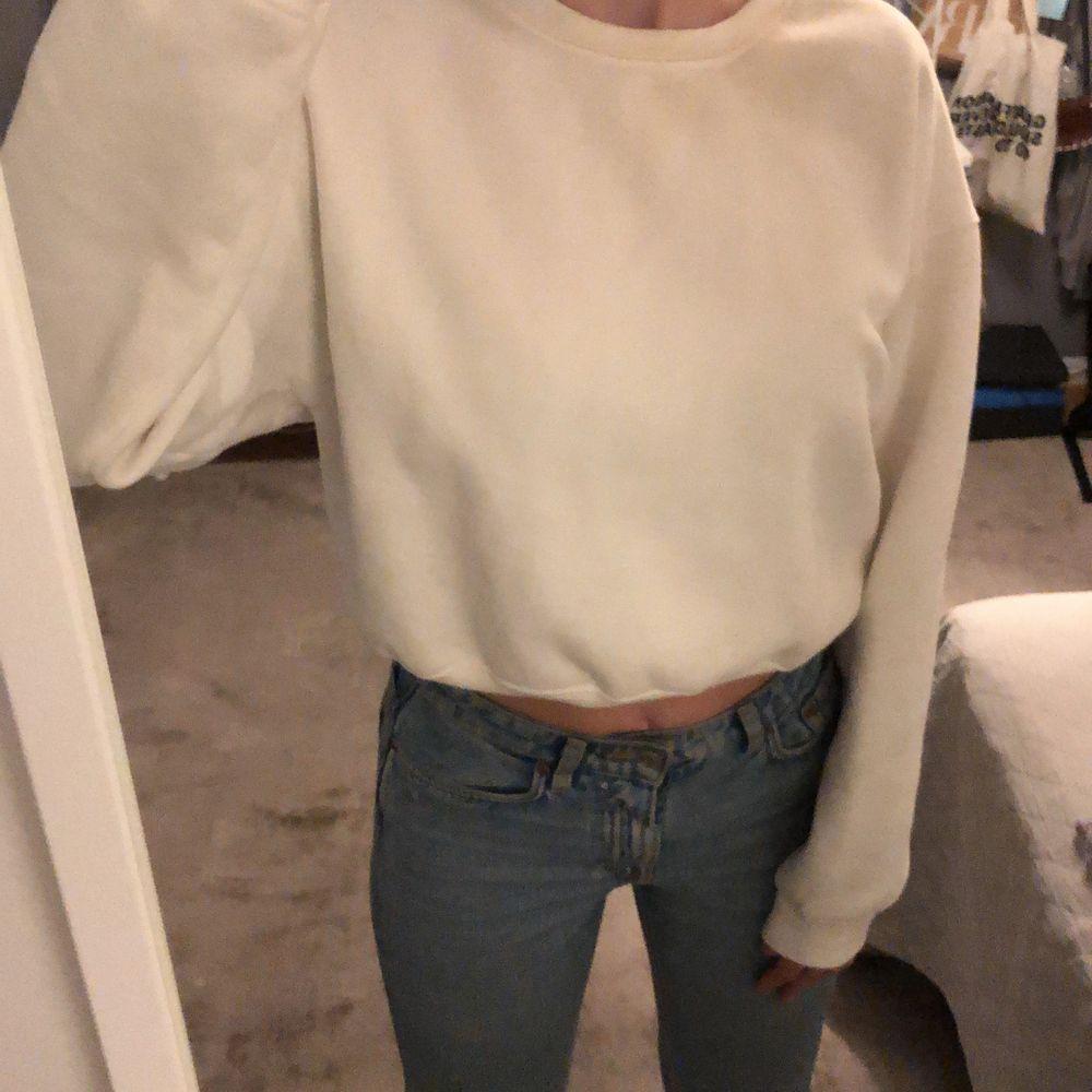 Den här super sköna sweatshirt endast använd ett få tal gånger, säljs nu. Den är inte bara skön utan också supersnygg och är perfekt tillvardags. Däremot så är den lite missfärgad vid halssömmen. Därför sänker jag priset och säljer den ännu billigare. Köpt för 300kr. Säljs för 100kr. Köparen står för frakten.😁. Tröjor & Koftor.