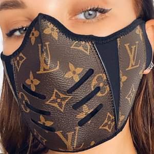 Ansiktsmask med louis vuitton tryck på