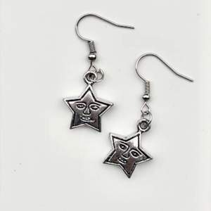 Bild 1: Stjärnörhängen med en vintage look                                   Bild 2: Vita Boba Tea örhängen                                           Bild 3: Hoops med nyckelberlocker                                    Allt är handgjort och iallafall krokarna är nickelfria!💞