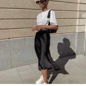 Svart satin kjole med slits, köpt här på plick☀️kommer tyvärr inte komma till använding. Skriv för fler bilder 💗💗stretchigt material