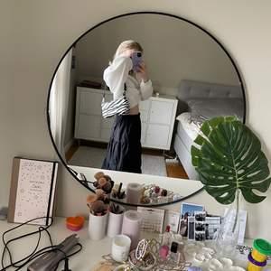 Svart lång kjol med lite volanger 🤛🏽🤛🏽jag är 165 för referens!! Säljer då den är för stor i midjan p mig som vanligen har xs.. Finns även resår i midjan så passar S-M typ😍😍