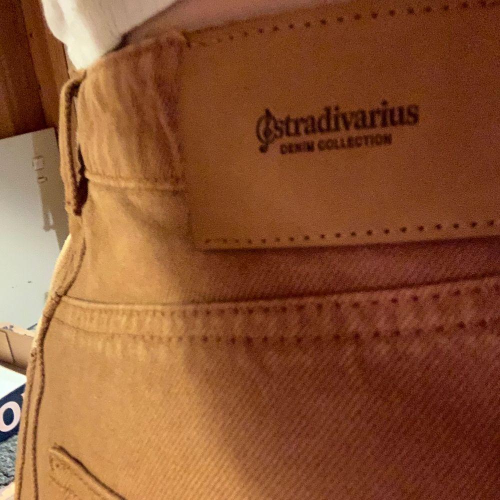 En rost/brun färgad kjol ifrån stradivarius. Använd ett fåtal gånger men den har börjar bli för liten på mig så därför är det dax och sälja den. Den är i storlek 36 men passar mig som har storlek 38 men det blir lite kort då.. Kjolar.