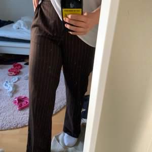 bruna raka  kostymbyxor i storlek 38 men passar även 36. jättesnygga men har inte fått användning för, köptes second hand!  är 166 cm och dem går perfekt i längd på mig!