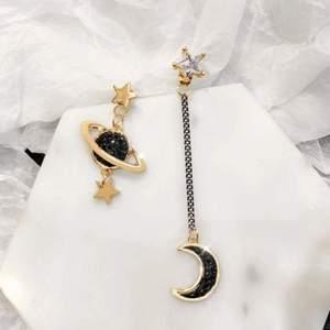 Säljer dessa superfina örhängen med en planet och en måne på, de är aldrig använda, köparen står för frakten💜