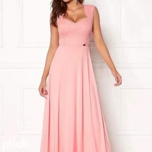 Min fina rosa balklänning använd endast en gång . Passar en kortare person då jag sytt upp den men det är inget som syns eftersom jag gjorde de hos ett företag. Jag är 155 och den nuddar marken någon/några centimeter ❤️