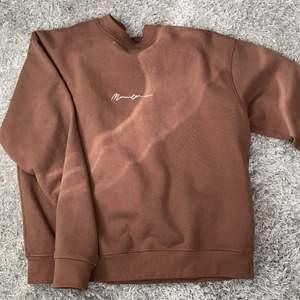 En overzized sweatshirt från montage i vintage stil. Köpt på herravdelningen. Är i storlek XS men eftersom den är i overzized modell är den stor. Fint skick då den är använd 2 gånger.