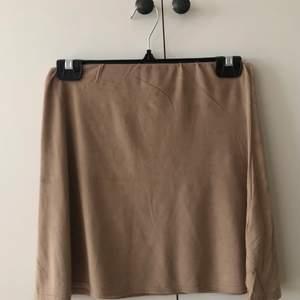 Jättesnygg brun/beige mockaimitations kjol från Nelly. Storlek S, inte riktigt min stil längre därav så säljer jag den. OBS behövs strykas💕