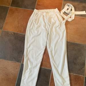"""Vita kostymbyxor från Nelly med tillhörande """"skärp"""", säljer då de är för stora för mig som brukar ha Xs eller S. Annars jättefina och i bra skick!!"""