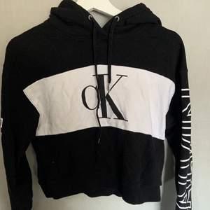 """Säljer denna Calvin Klein hoodie i strl S. Det står """"Calvin"""" på ärmarna och den är lite croppad i modellen och är i ett bra skick 🤍 hör av er om ni har några frågor, köparen står för frakt"""