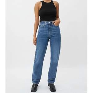 Säljer dessa populära jeans från weekday för att de är för små. Använt fåtal gånger där av är de i ett fint skick💙 Modellen heter Rowe⚡️ Ny pris 500kr.