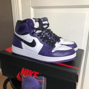 Nu säljer jag mina snygga Jordans (Jordan 1 High Court Purple White). Har inte använt jättemånga gånger. Väldigt fint skick! Säljer pga att de är lite för små. Strl 39. !BUDGIVNINGEN TAR SLUT PÅ SÖNDAG (18/4) KL 14:00! (Alltså INTE på tisdag som det står)